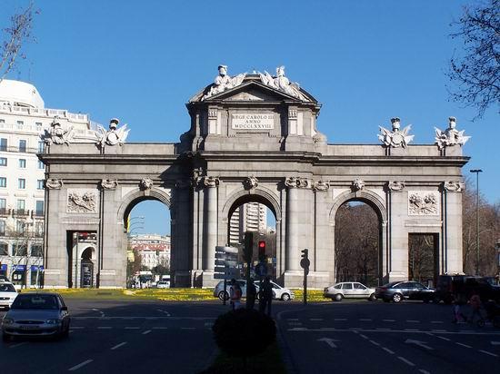 Puerta de alcal magnificent madrid monument at plaza de - La puerta de alcala ...